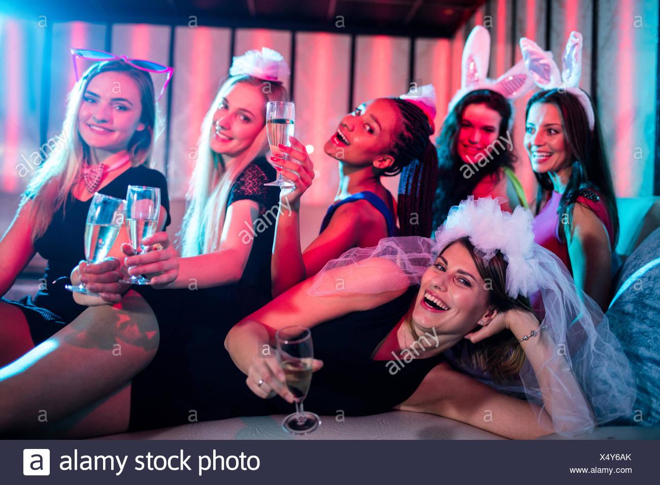 Il gruppo di donne in posa con un bicchiere di champagne Immagini Stock