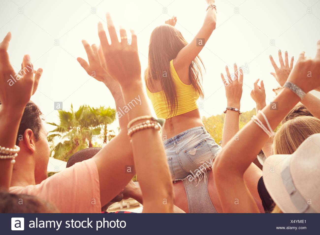 Un gruppo di giovani godendo Outdoor Festival di musica Immagini Stock