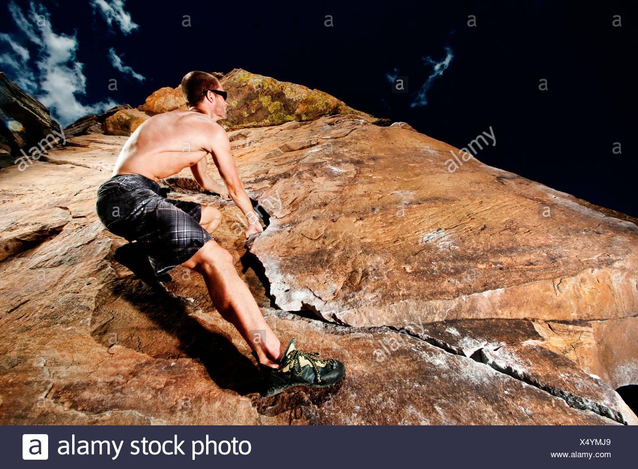 Scalatore rock climbing la prua al Parco rotante adiacente al serbatoio Horsetooth in Fort Collins, Colorado, STATI UNITI D'AMERICA Immagini Stock