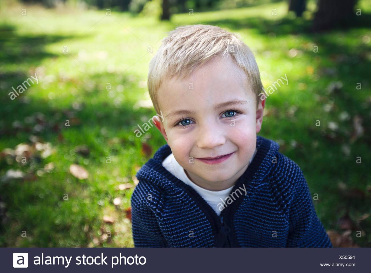 Ritratto di ragazzo biondo guardando sorridente della fotocamera Immagini Stock