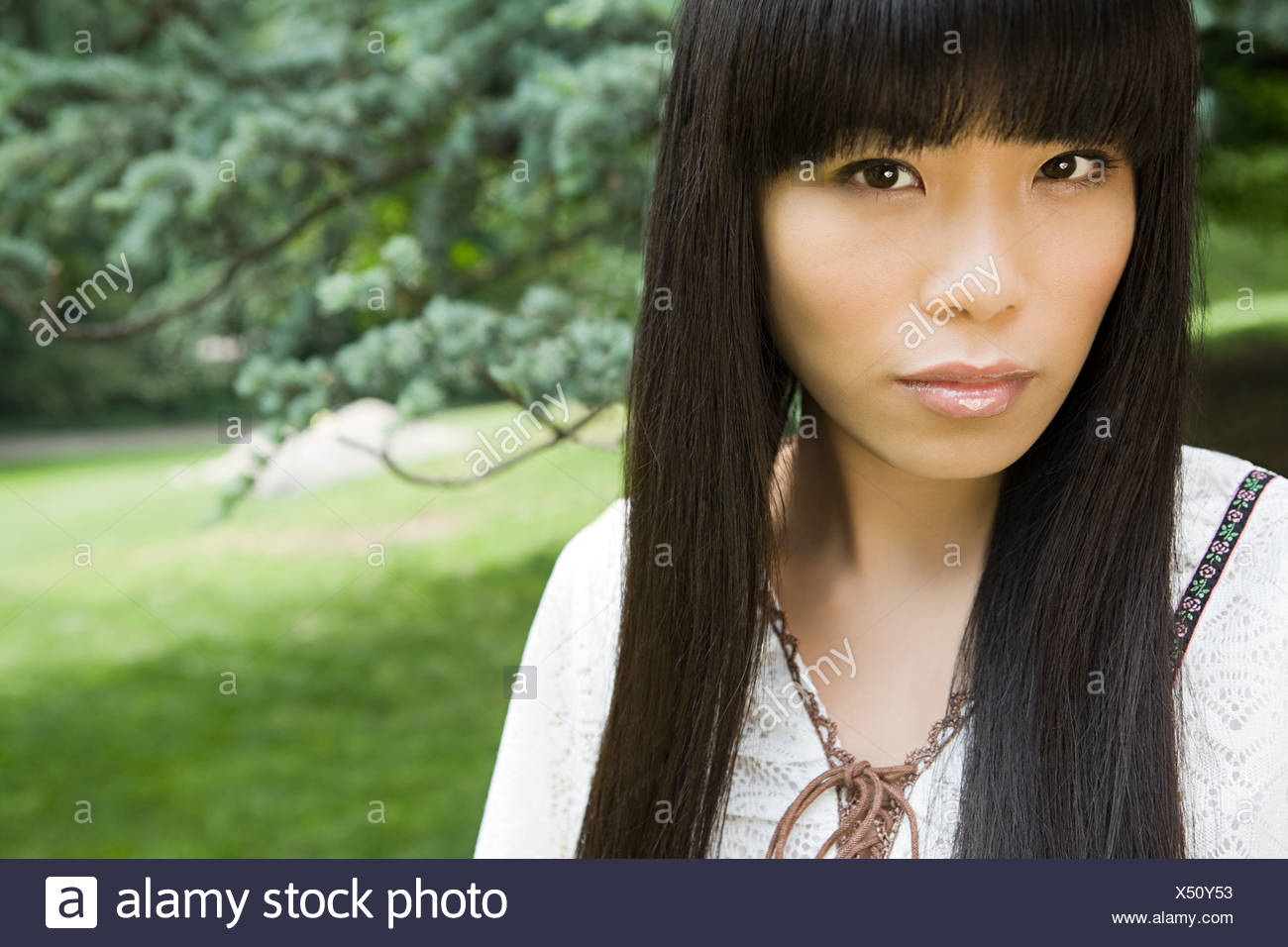 Giovane donna in posizione di parcheggio Immagini Stock