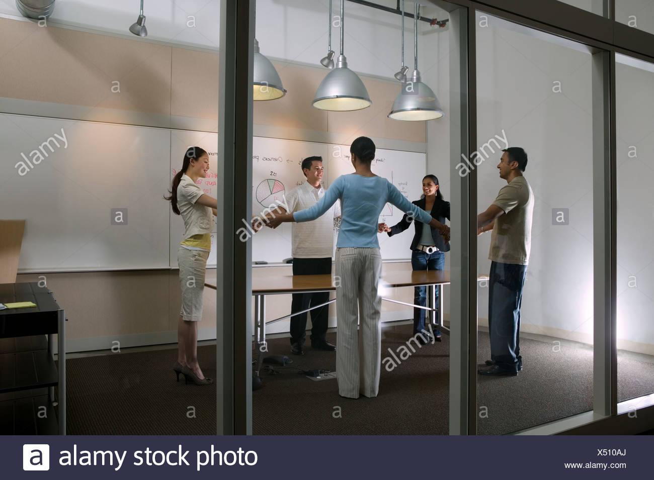 I colleghi tenendo le mani Immagini Stock