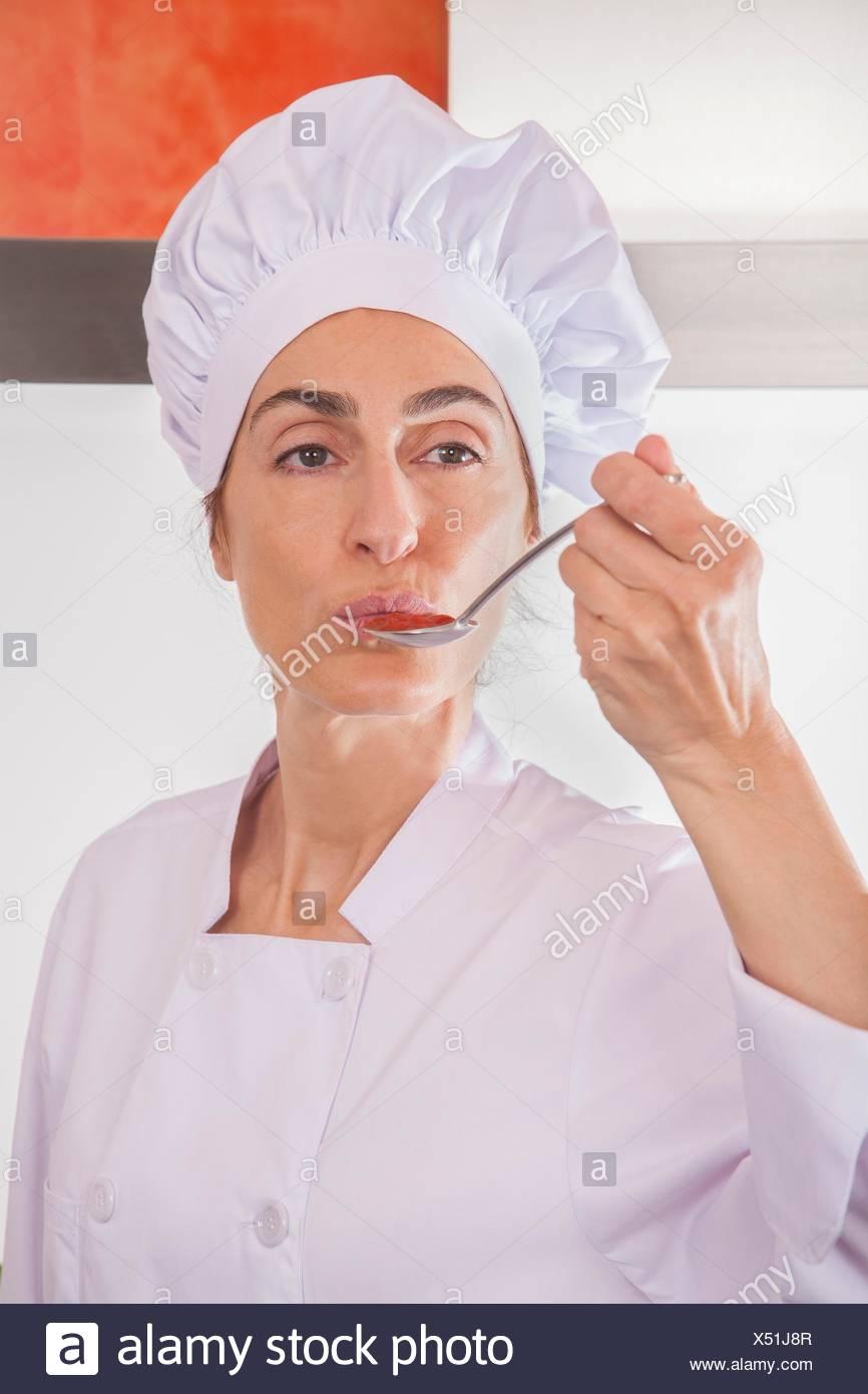 donna con chef di Ritratto professionale degustazione hat e giacca q5Ewtwx