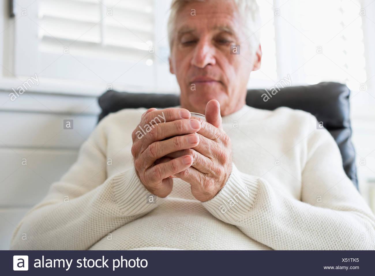 Senior man tenere una tazza di tè Immagini Stock