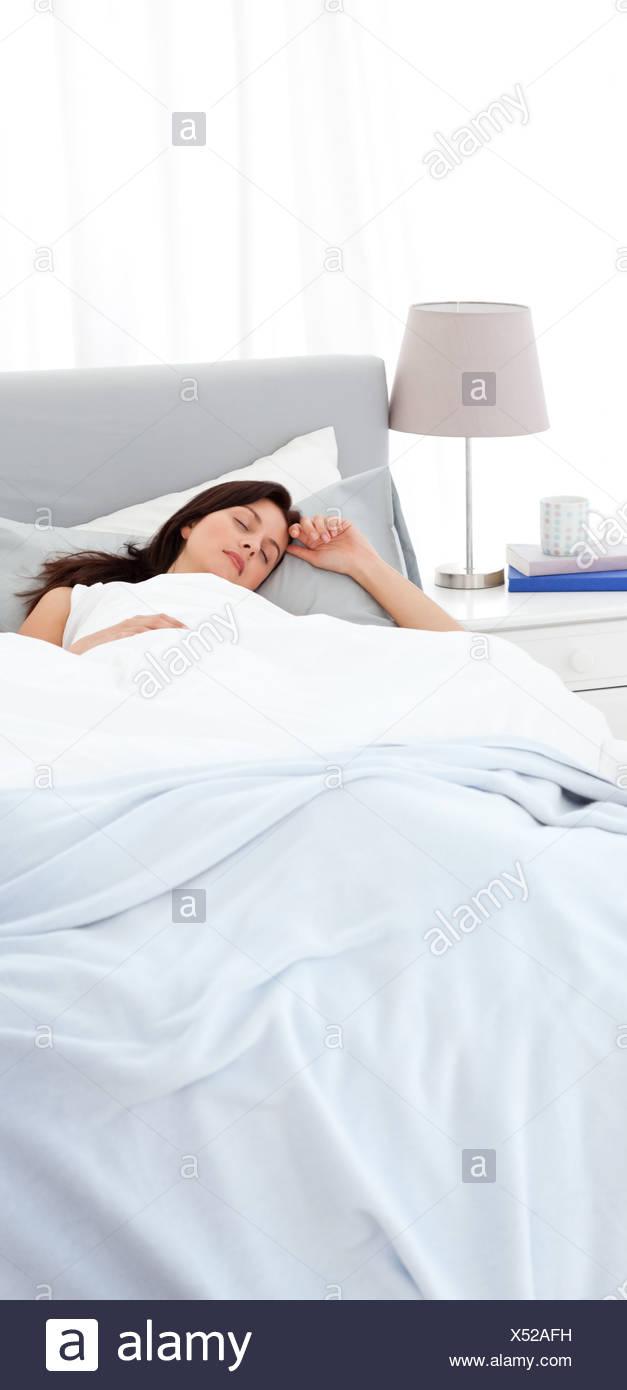 Serena madre dormire tranquillamente sul letto Immagini Stock