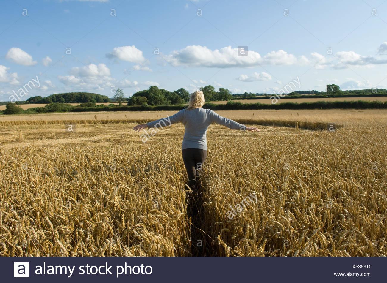 Donna sul campo Immagini Stock