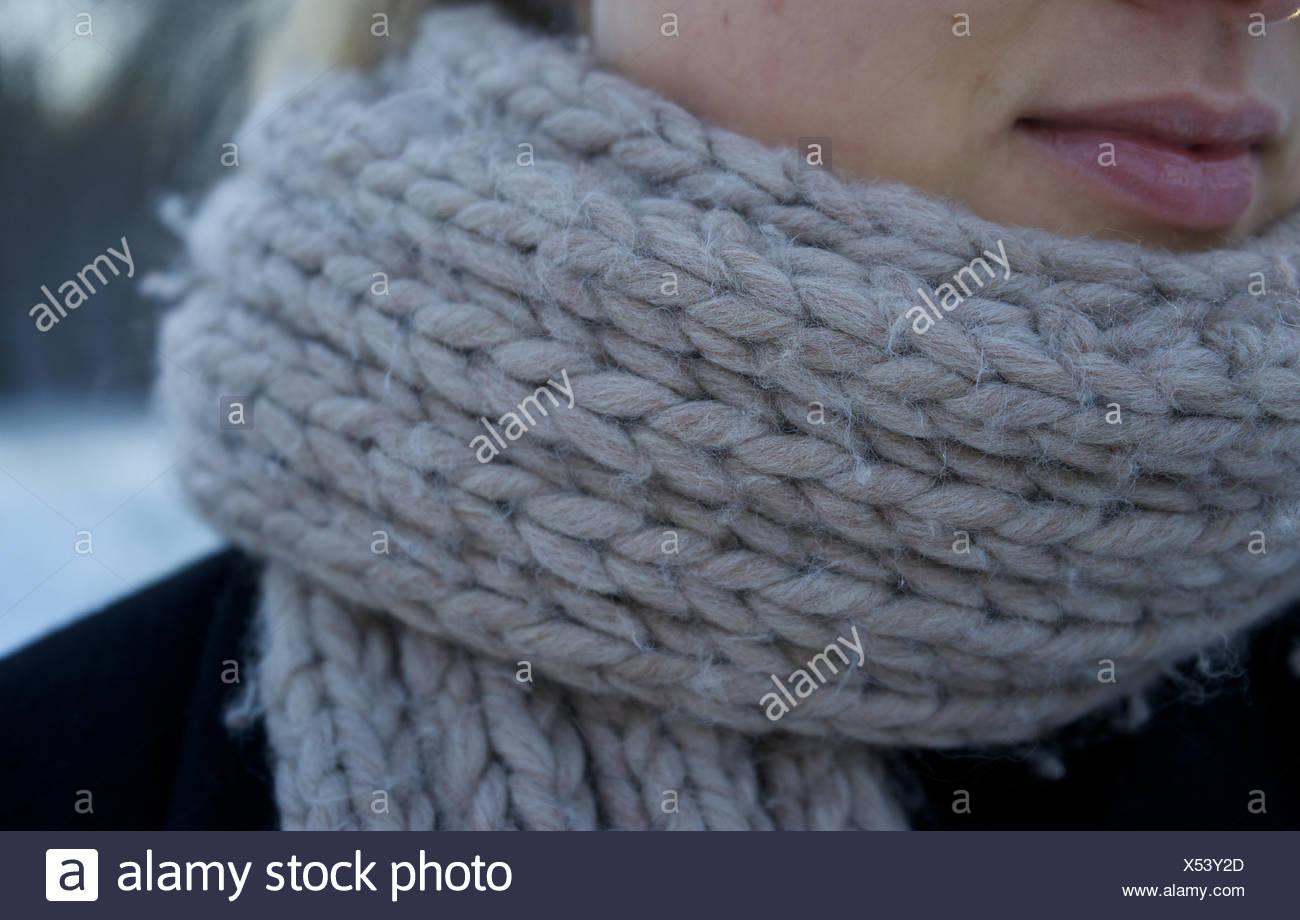 Aviaria, donna che indossa una sciarpa. inverno freddo, lavorati a maglia. Immagini Stock