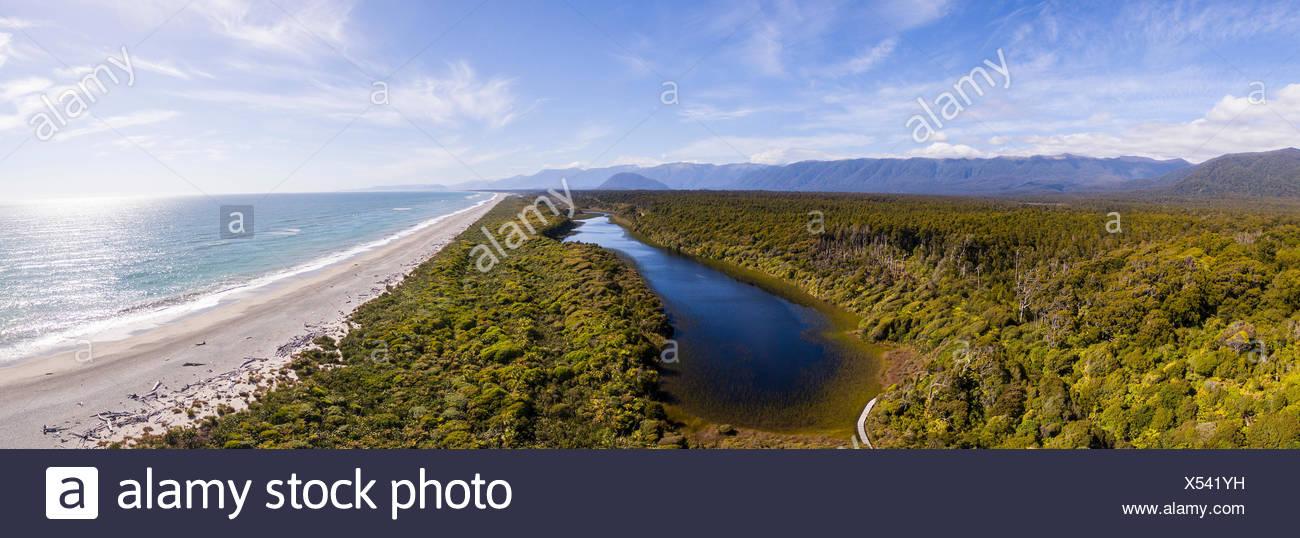 Vista aerea, la spiaggia e la vista della costa, moderata nella foresta pluviale e lago, Alpi del Sud, nave Creek, Haast, West Coast, Nuova Zelanda Immagini Stock