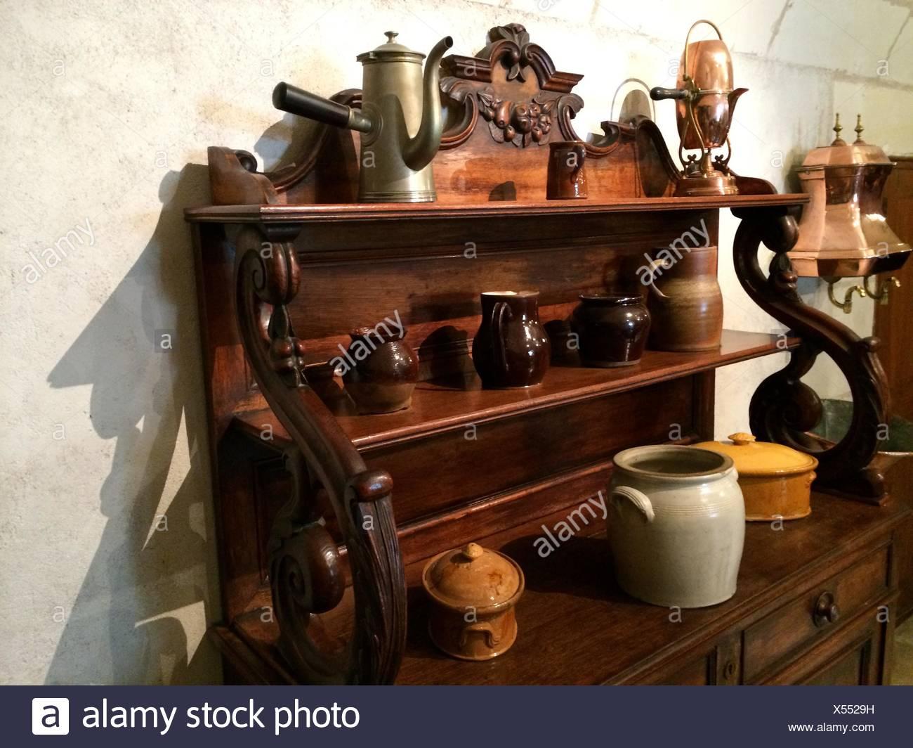 Angolo di Alta Vista di vecchi utensili da cucina sulla cremagliera ...