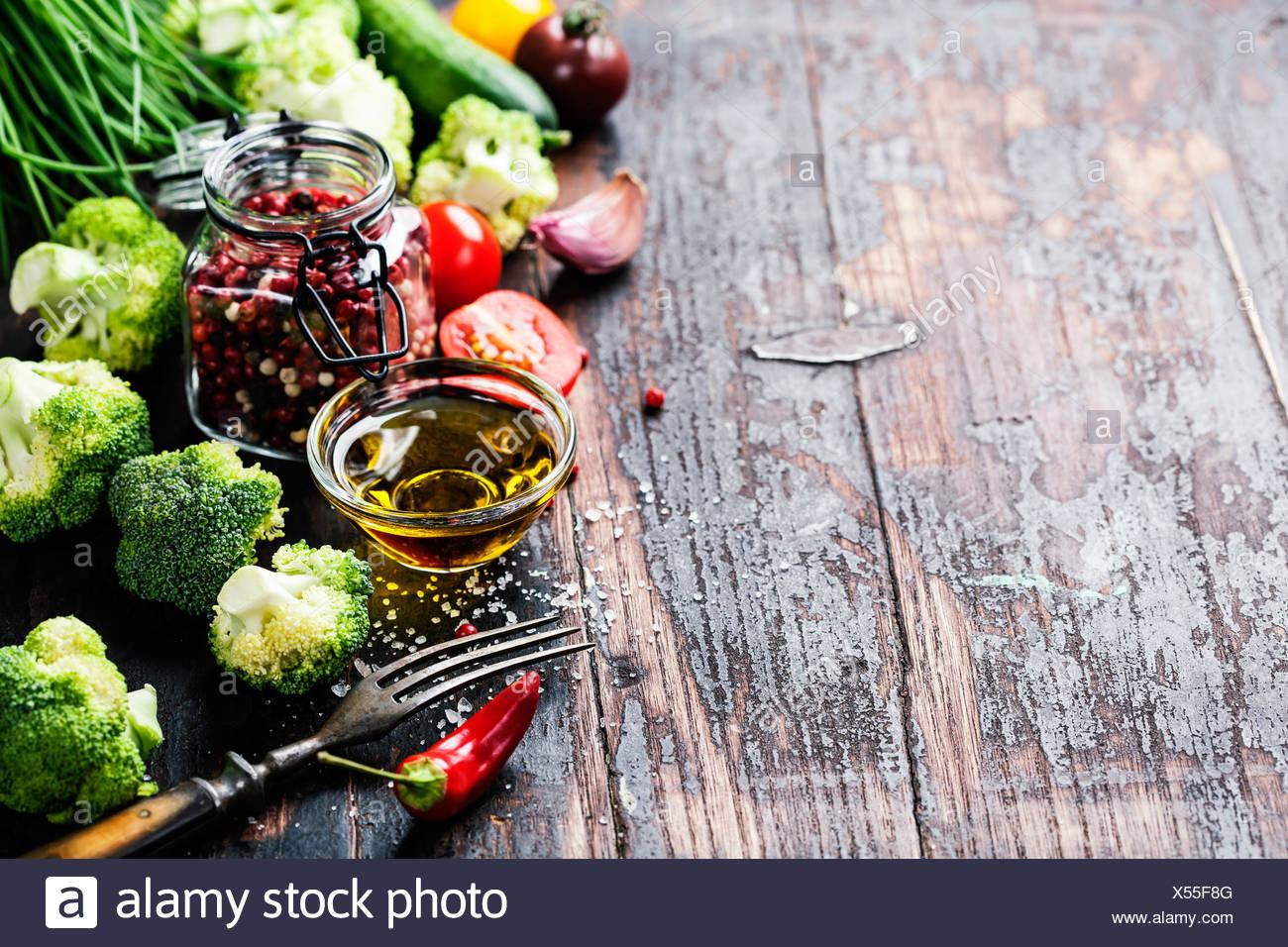 Fresco di broccoli verdi e sane verdure organiche su un sfondo di legno. Immagini Stock