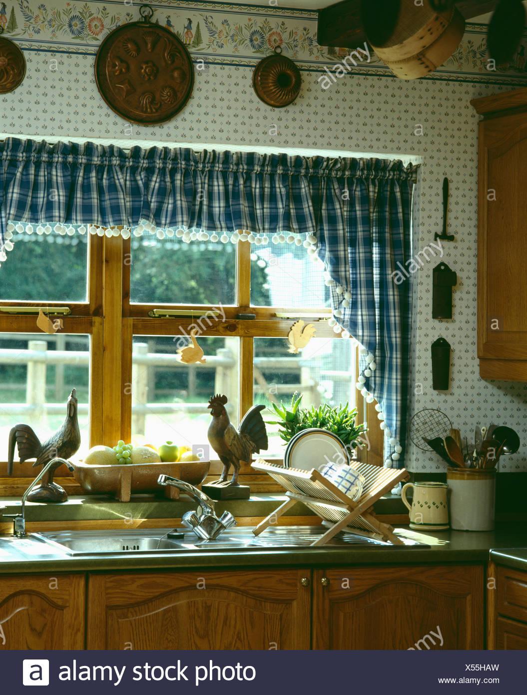 Blue & white controllato tende e mantovane sulla finestra al ...