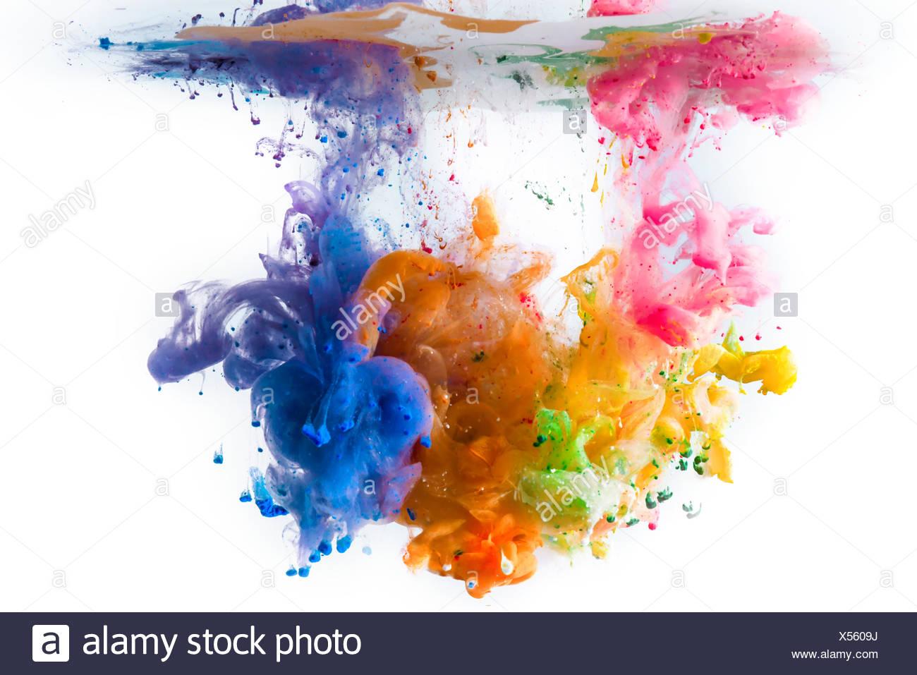 Multi-colore di vernici acriliche sciogliendo in acqua Immagini Stock