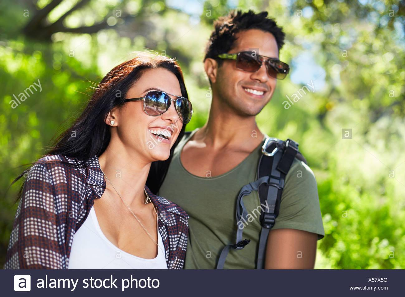 Coppia sorridente in boschi Immagini Stock