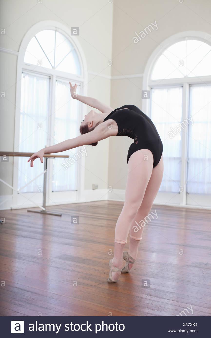 Teenage ballerina Pendente ritornare nella posizione di balletto a scuola di danza Immagini Stock