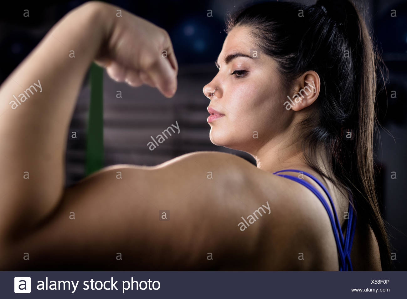Donna muscoli di flessione Immagini Stock