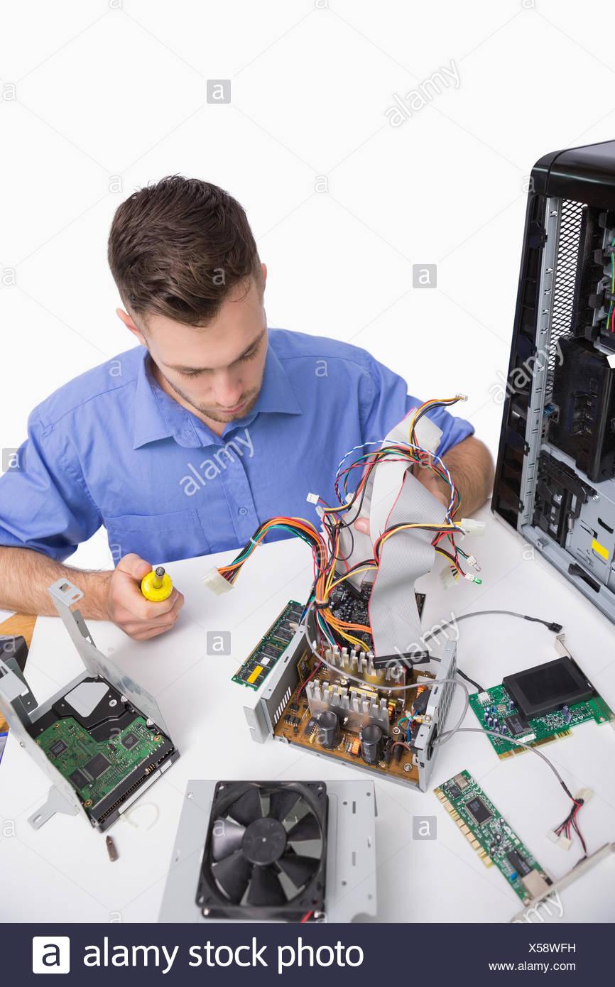 Giovane ingegnere informatico lavorando su parti cpu Immagini Stock