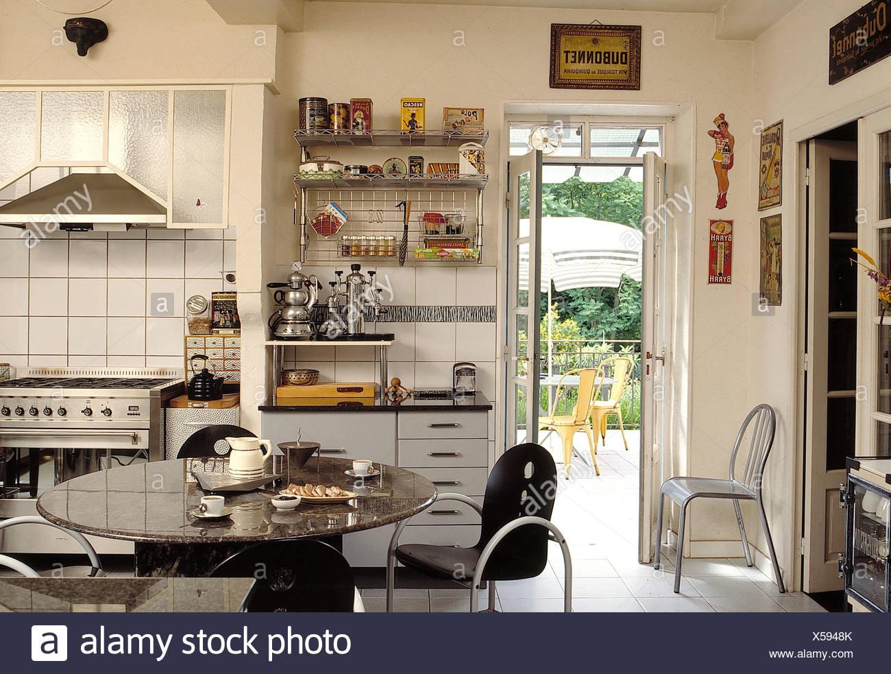 Sedie In Metallo Per Cucina : Sedie nere in metallo a tavola circolare in bianco cucina
