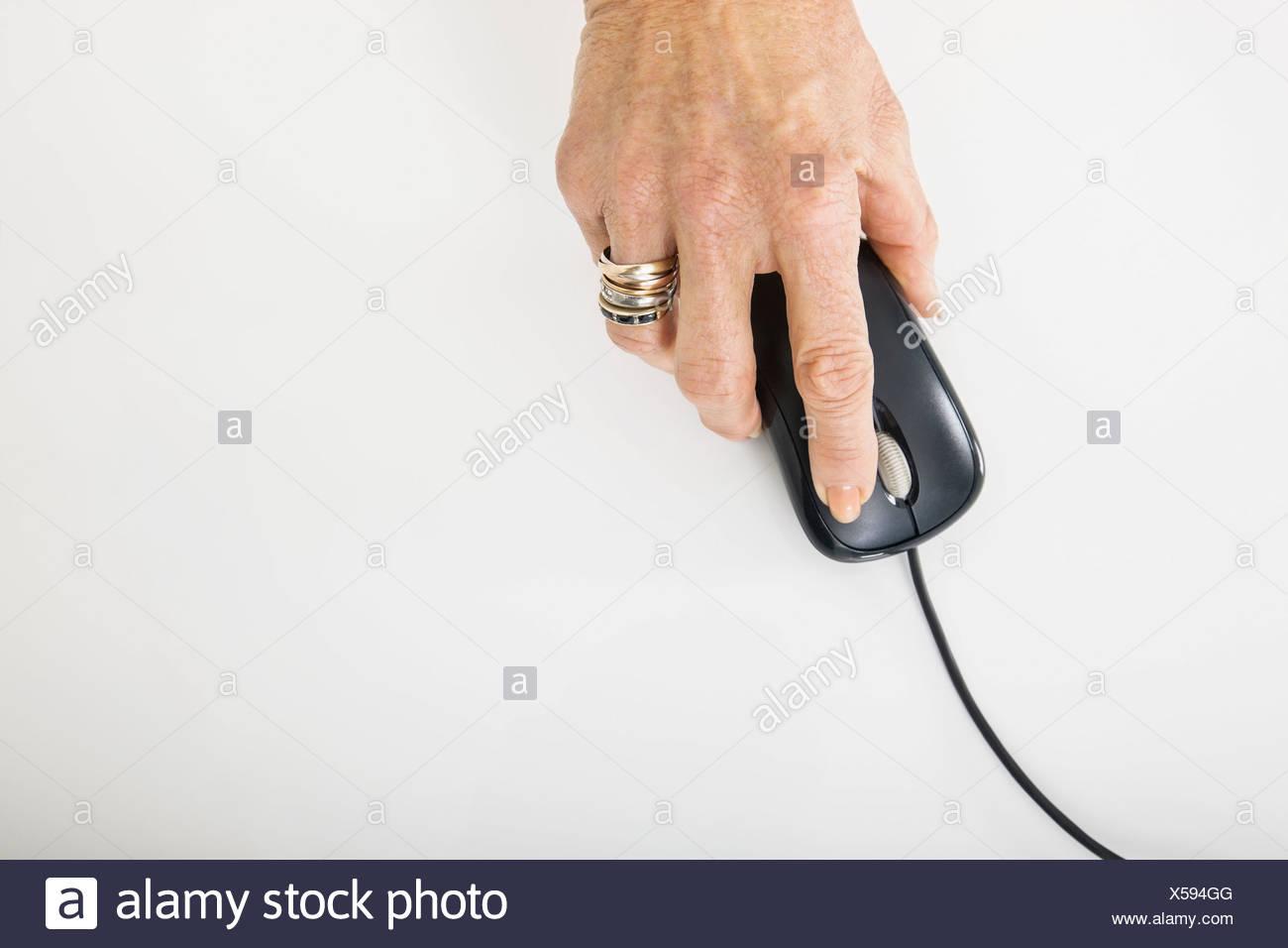 Senior imprenditrice la mano utilizzando il mouse del computer Immagini Stock