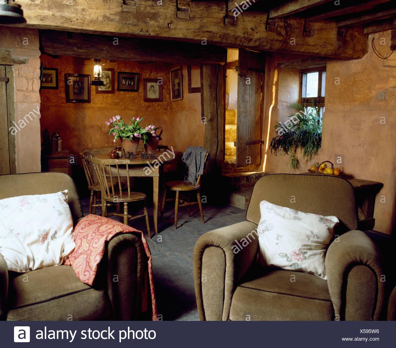 Poltrone di velluto in dark cottage soggiorno e sala da pranzo con ...