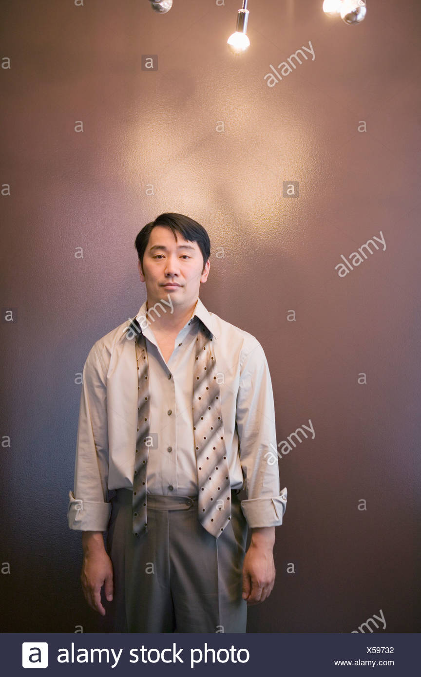 Asian imprenditore con cravatta slacciata Immagini Stock