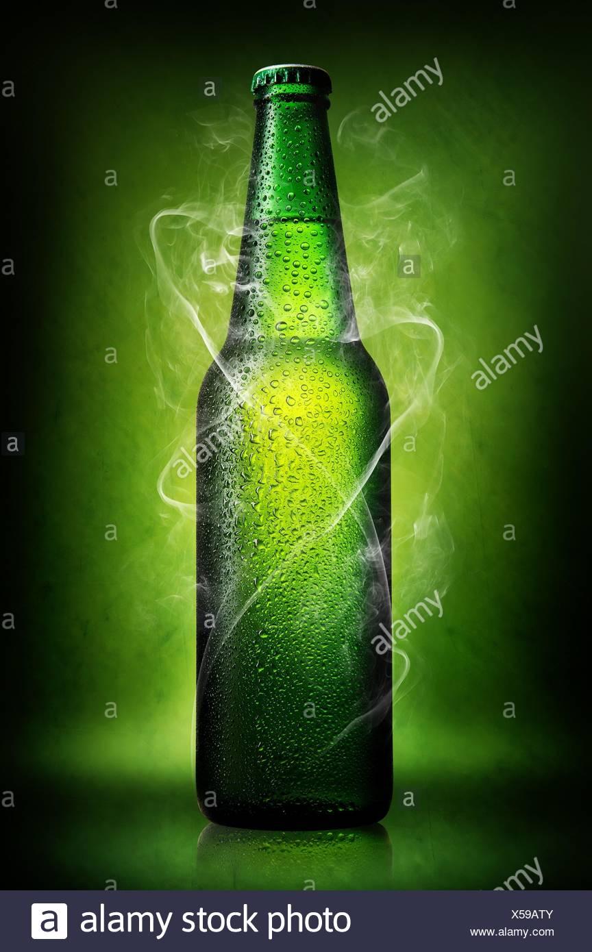 Verde Bottiglia Di Birra Su Di Uno Sfondo Verde Foto Immagine