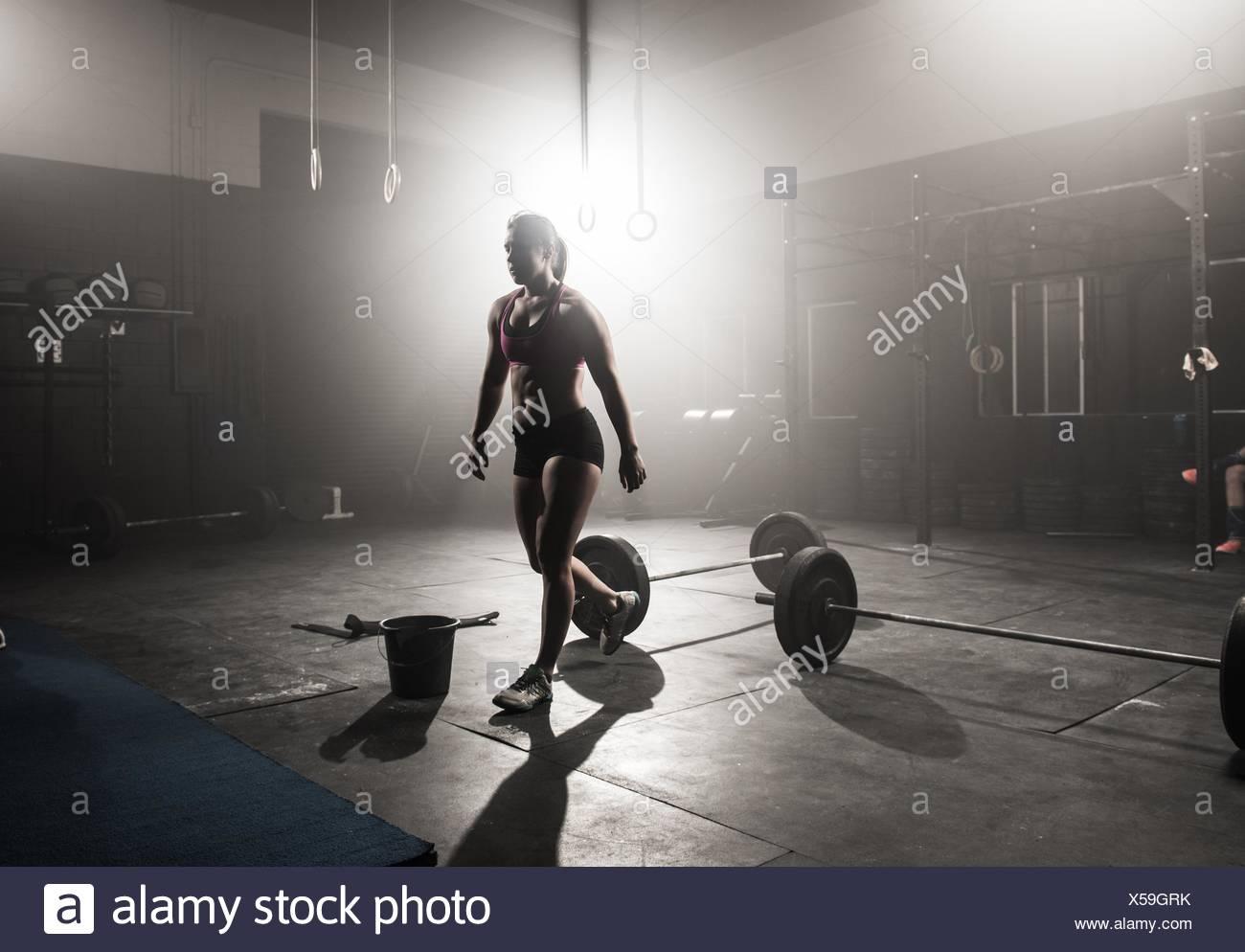Giovane donna che lavora fuori in palestra Immagini Stock