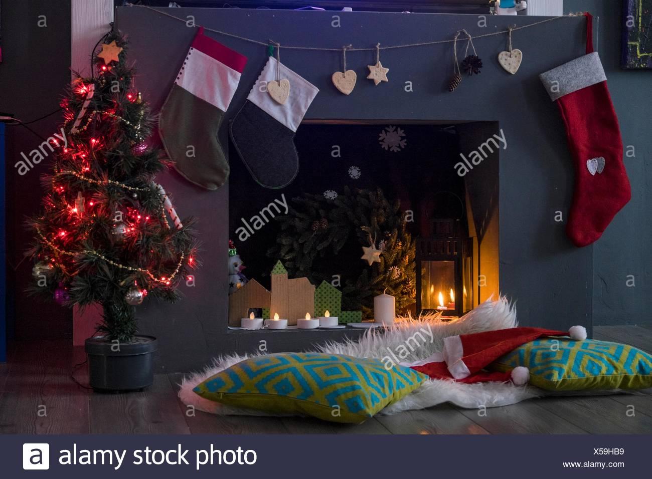 Camino Di Babbo Natale.Cappelli Di Babbo Natale E Dei Cuscini Di Fronte Ad Albero