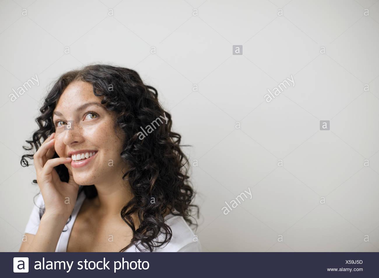Curioso donna con ricci capelli neri Immagini Stock