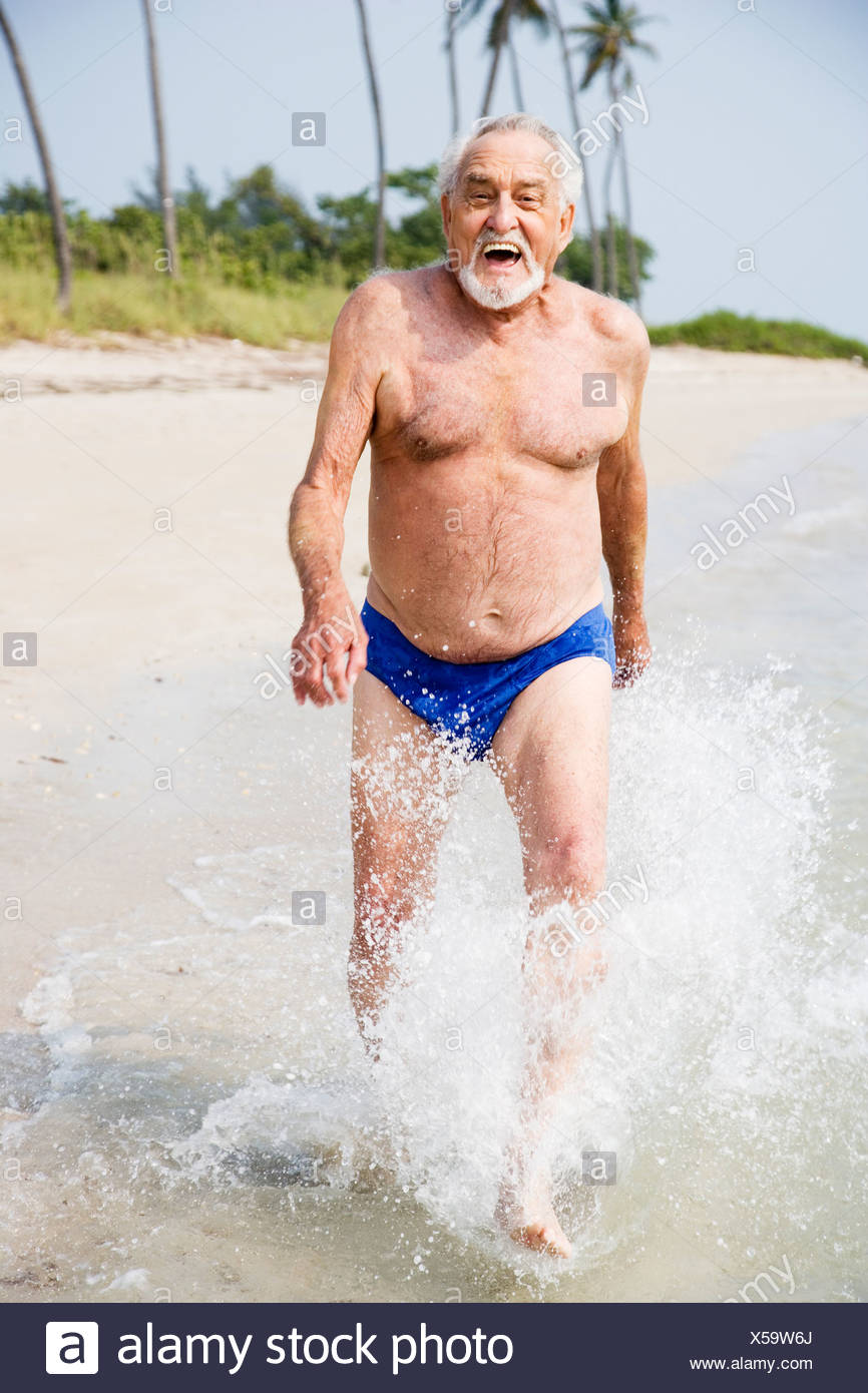 73cdf1a18a5a Ritratto di un anziano uomo in costume da bagno in spiaggia Foto ...