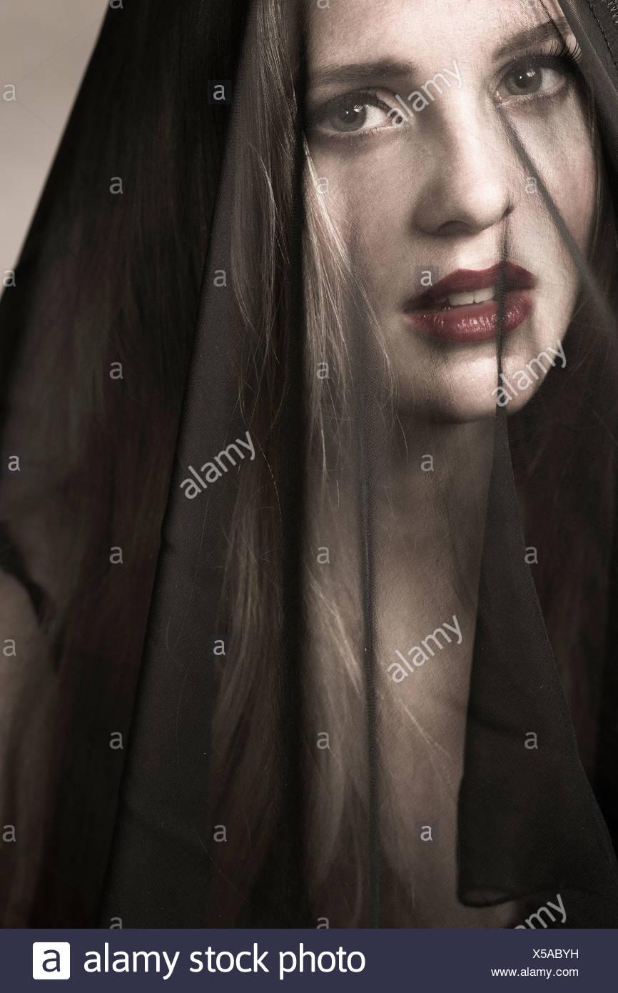 Ritratto di giovane donna che indossa il lutto velo Immagini Stock