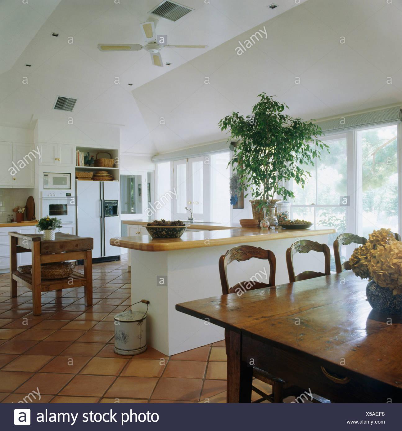 Sedie antiche e legno lucidato tabella nel grande e moderno di ...