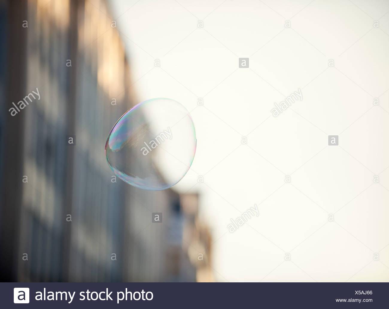 Una bolla galleggianti in un ambiente urbano Immagini Stock