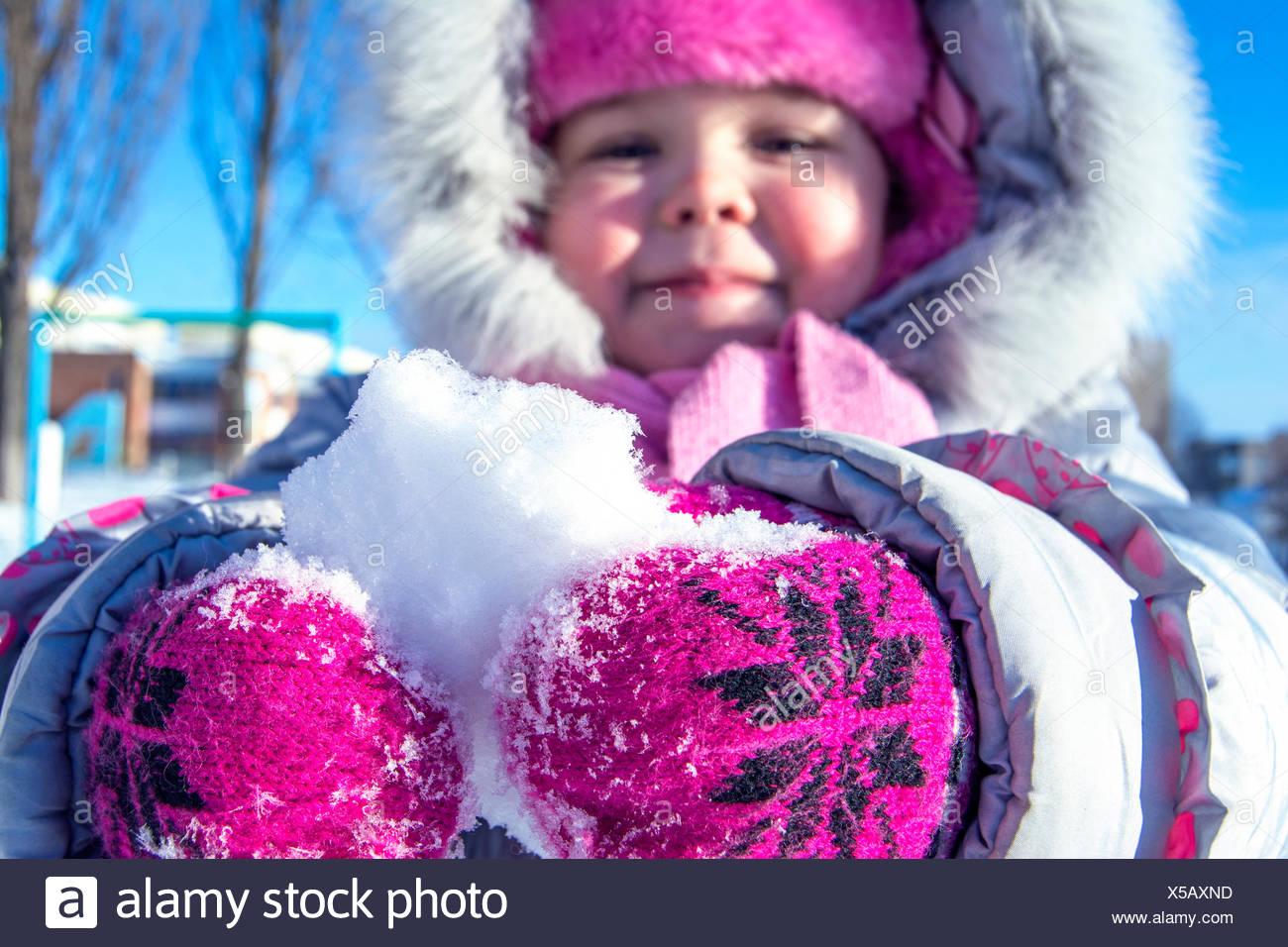 In primo piano del bambino tenendo la neve Immagini Stock