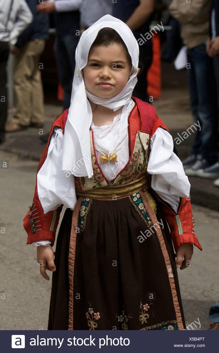 Ragazza giovane indossando il tradizionale costume di cavalcata sarda  festival di Sassari fc970a30883