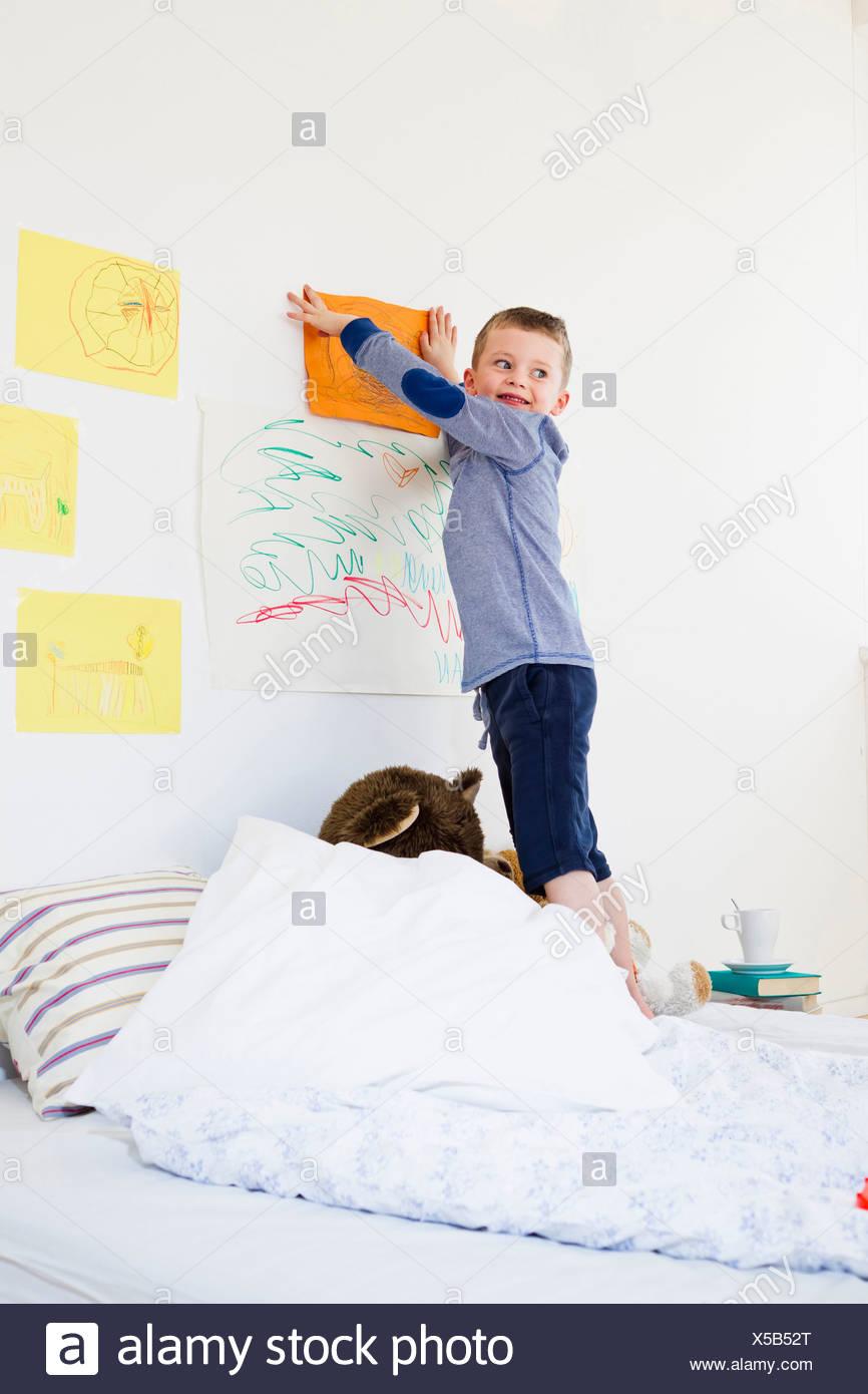 Ragazzo disegno appeso sulla parete di camera da letto Foto ...