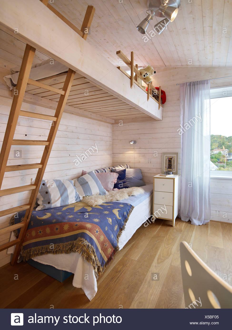 Camera da letto con un letto a castello a casa Foto & Immagine Stock ...