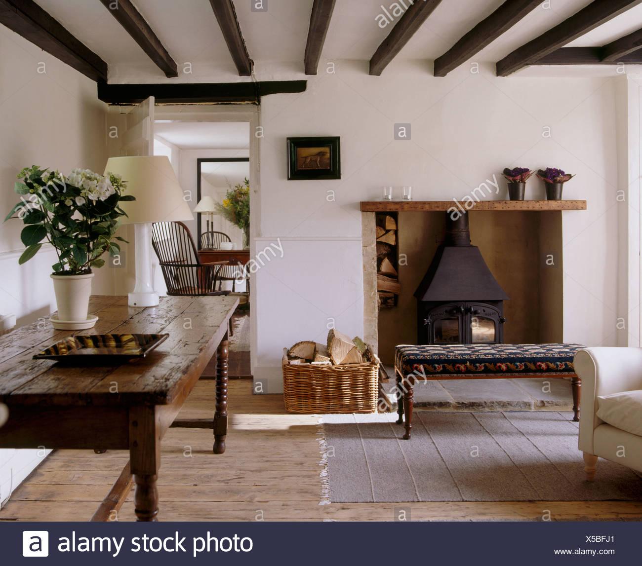 Forno A Legna Con Camino vecchio tavolo in legno di quercia e pavimento in legno in