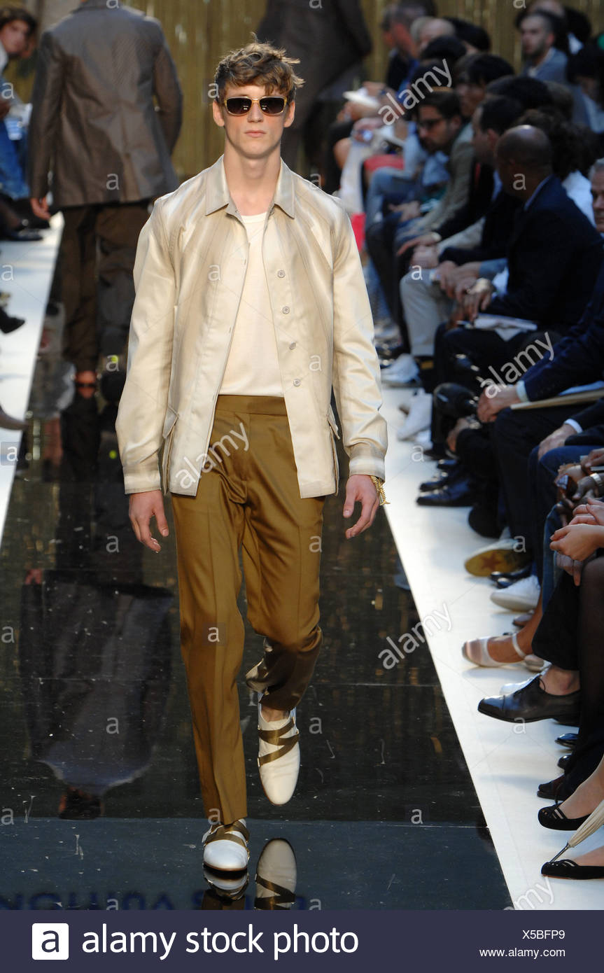 1e7817a68d Louis Vuitton Paris Menswear Primavera Estate modello oro da indossare  occhiali da sole incorniciato crema t