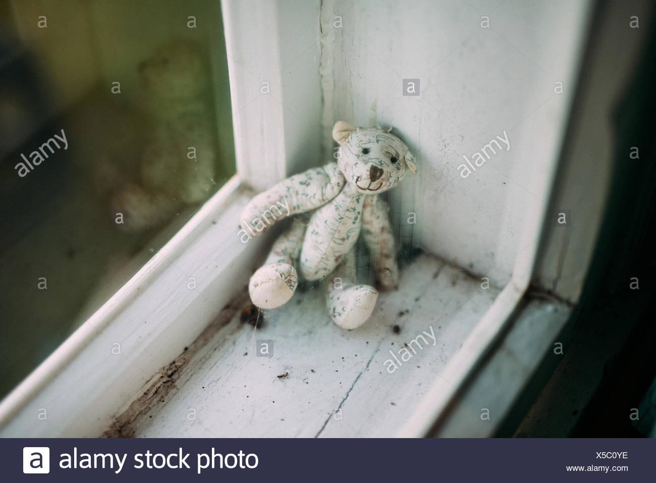 Angolo di Alta Vista del giocattolo imbottito sul davanzale di casa Immagini Stock