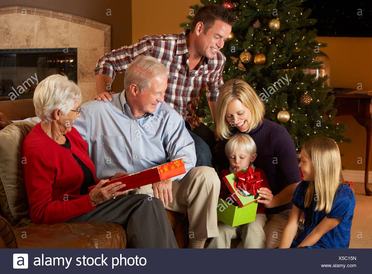 Regali Di Natale Famiglia.Multi Generazione Apertura Famiglia Regali Di Natale Nella