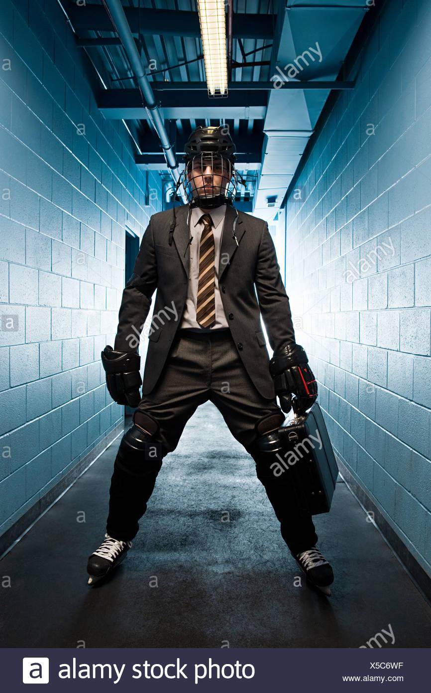 Imprenditore indossando hockey su ghiaccio uniforme Immagini Stock