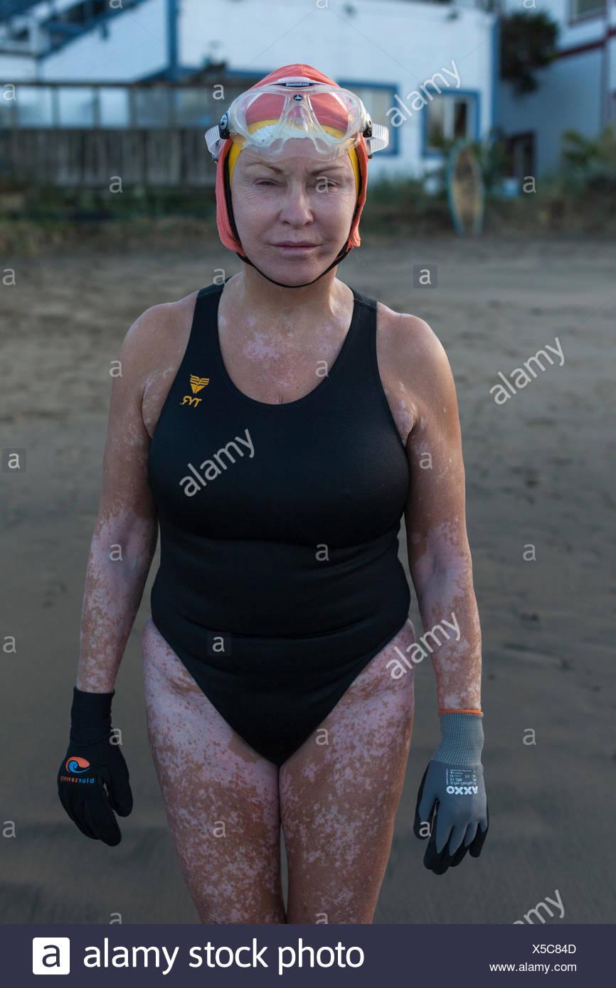 Vista frontale della donna in costume da bagno e cuffia per la piscina, Dolphin club di San Francisco, California, Stati Uniti d'America Immagini Stock