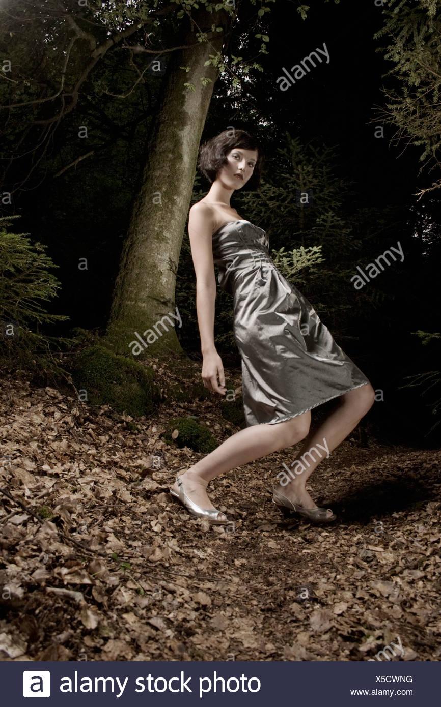 La donna in abito da sera in firest Immagini Stock