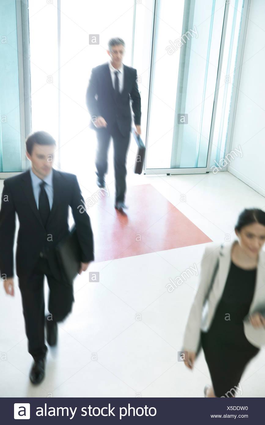 I professionisti che arrivano per un altro giorno di lavoro Immagini Stock