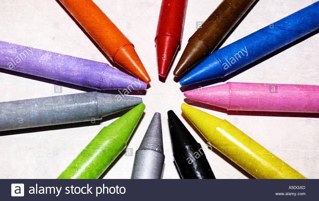 Angolo di Alta Vista Multi matite colorate su tavola Immagini Stock