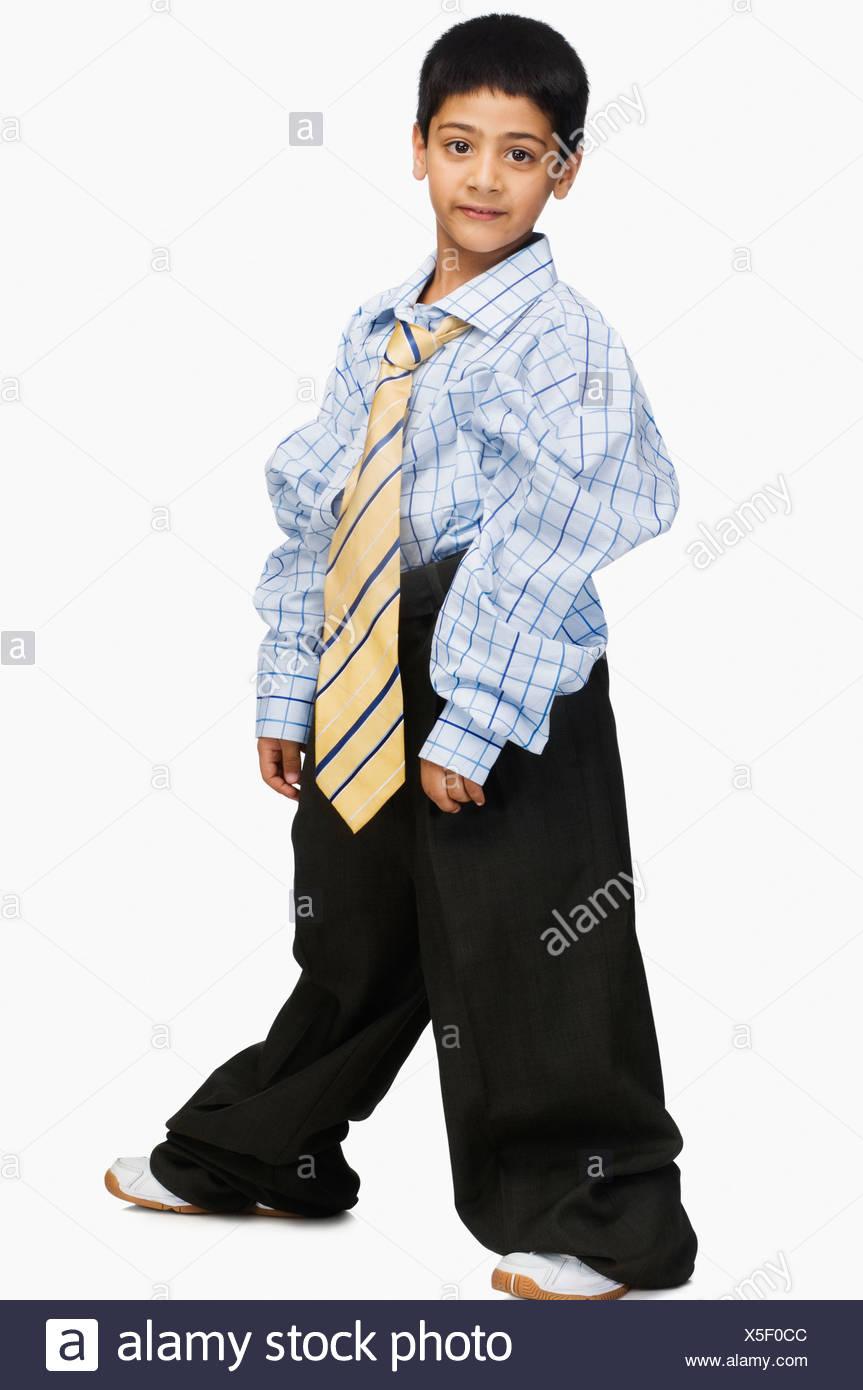5a495cbeeca7 Ritratto di un ragazzo che indossa abiti di grandi dimensioni Foto ...