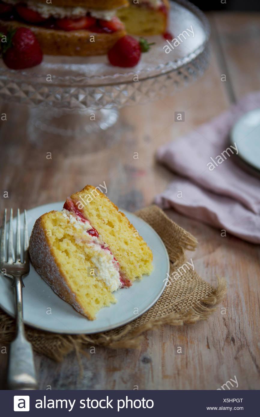 Fetta di Victoria Sponge Cake con forca Immagini Stock