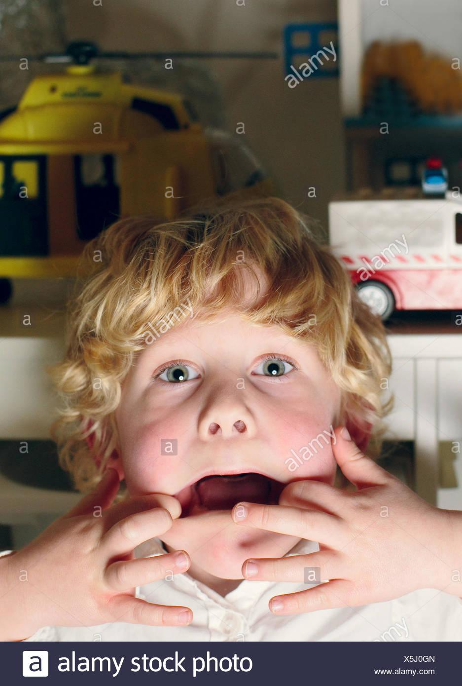 Paesi Bassi, ritratto del ragazzo che facce buffe Immagini Stock