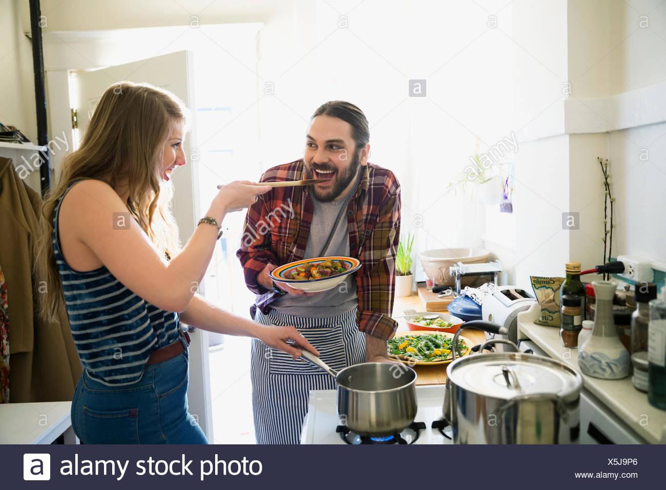 Paio di cucina e di degustazione in cucina Immagini Stock