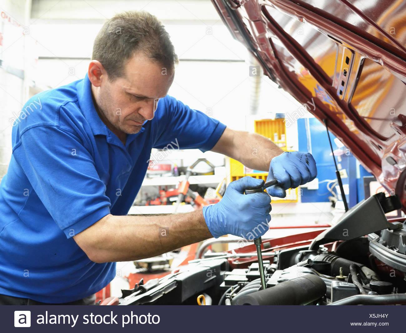 Lavorazione meccanica su auto a motore Immagini Stock
